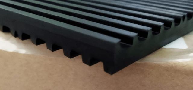 エアコンの室外機がうるさい 防振ゴム 上下の溝で異音対策